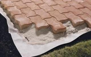 Чем заменить геотекстиль при укладке тротуарной плитки?