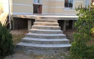 Входная лестница в дом из бетона