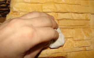 Чем покрыть гипсовую плитку под камень?