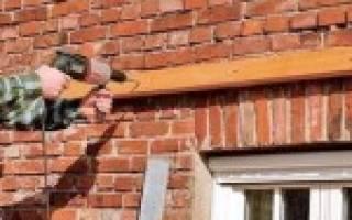 Как крепить брус к кирпичной стене?