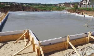 Как залить монолитную плиту на ленточный фундамент?