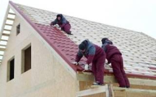 Как правильно положить металлочерепицу на двухскатную крышу?