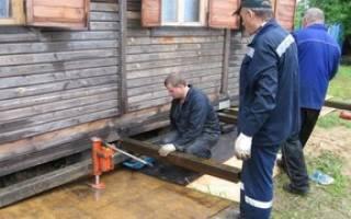 Как поддомкратить деревянный дом?