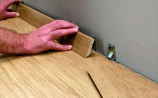 Как крепить деревянный плинтус к стене?