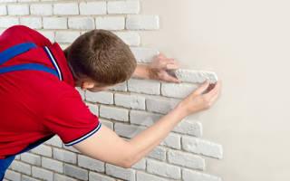 Как клеить декоративный кирпич на стену?